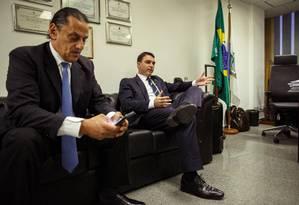 O advogado Fred Wassef junto com o senador Flávio Bolsonaro Foto: Daniel Marenco / Agência O Globo