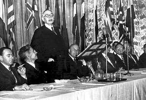 O economista britânico John Maynard Keynes (de pé) discursa na conferência de Bretton Woods, que traçou a estrutura financeira do mundo Foto: Foto Banco Mundial/Reprodução