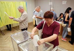 Eleitores votam na eleição parlamentar em Kiev, capital da Ucrânia Foto: GLEB GARANICH / REUTERS