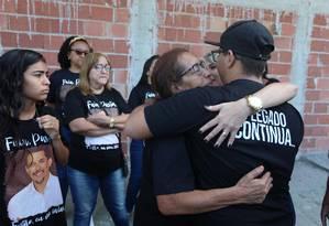 A mãe do pastor, Maria Edna, recebe o carinho dos netos Foto: Fabiano Rocha / Fabiano Rocha