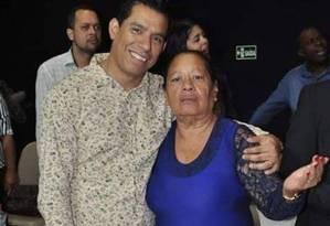 Anderson do Carmo ao lado da mãe, Maria Edna Foto: Reprodução