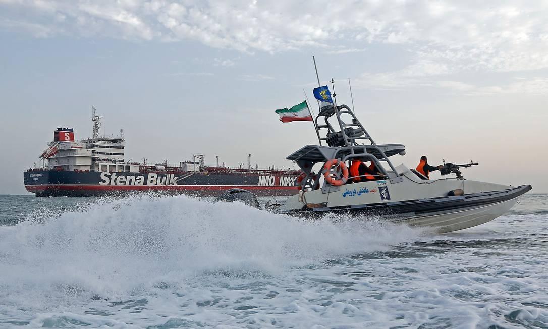 Barcos iranianos fazem patrulha perto do navio britânico Stena Impero, capturado no Estreito de Ormuz na sexta-feira. Petroleiro está ancorado no porto de Bandar Abbas, no sul do Irã Foto: HASAN SHIRVANI / AFP
