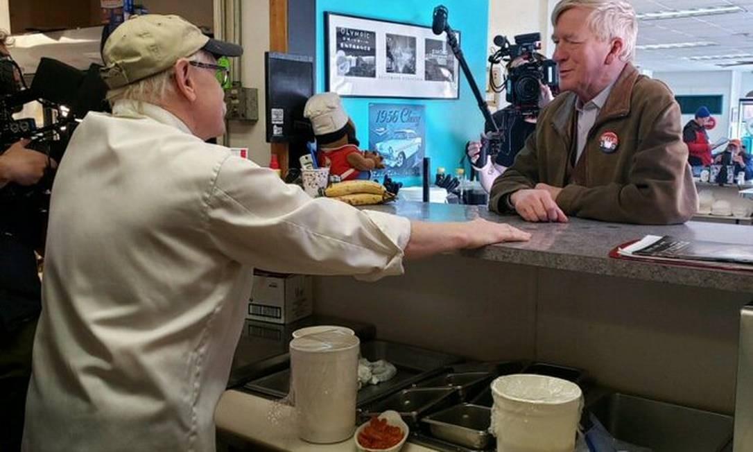 Bill Weld fala com eleitores em New Hampshire. Estado é crucial para as intenções do ex-governador desafiar Trump no Partido Republicano Foto: Divulgação / Campanha Bill Weld 2020