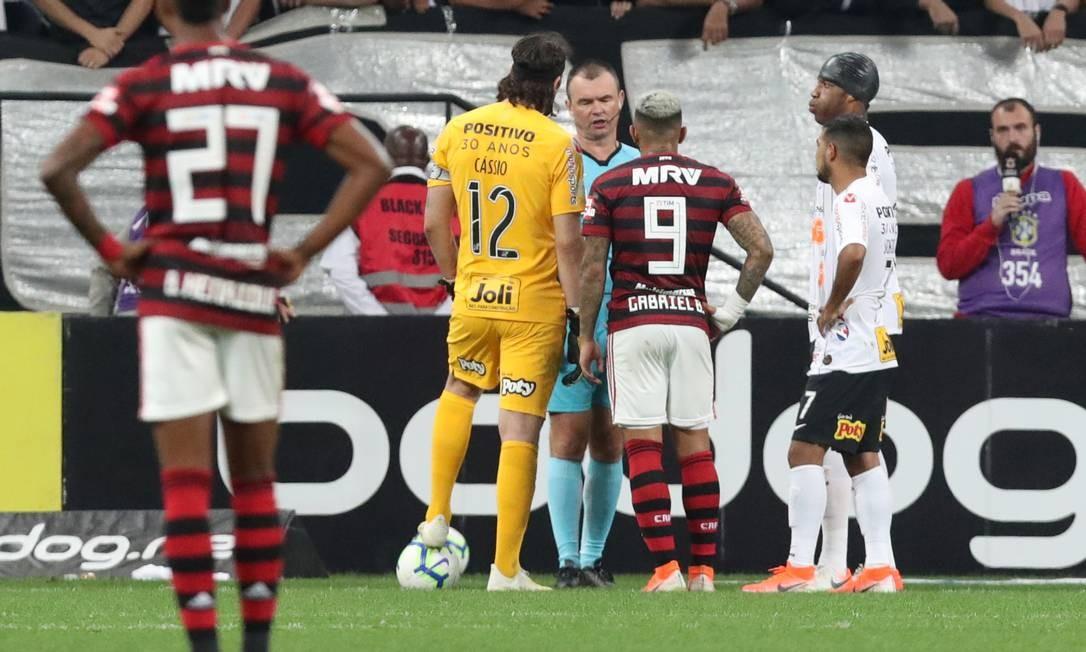 Gabriel aguarda árbitro validar gol Foto: AMANDA PEROBELLI / REUTERS