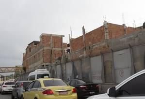 Construções de até três andares junto à proteção da Linha Amarela, na altura da Maré: favelas em volta da via cresceram 2,7% em dez anos Foto: Alexandre Cassiano / Agência O Globo
