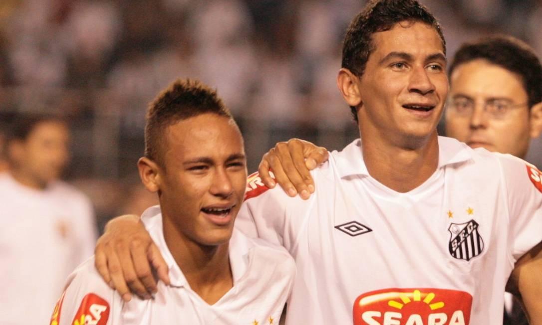 O atacante Neymar e seu companheiro de time Paulo Henrique Ganso, no Santos, em 2010 Foto: Marcos Alves / Agência O Globo
