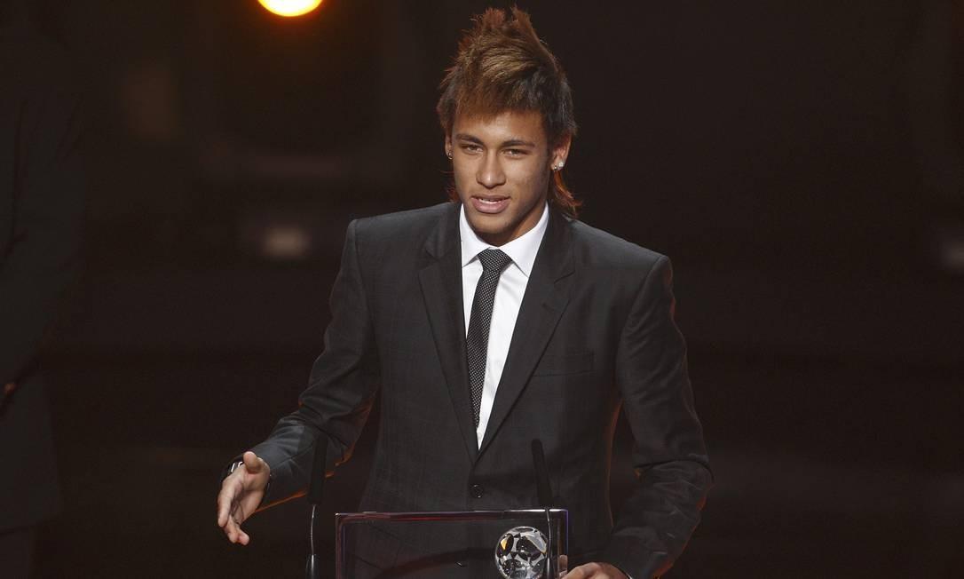 Neymar recebe o prêmio Puskás, entregue pela FIFA, do gol mais bonito em 2011. Gol feito na partida entre Flamengo e Santos, na Vila Belmiro, em 27 de julho Foto: CHRISTIAN HARTMANN / Reuters