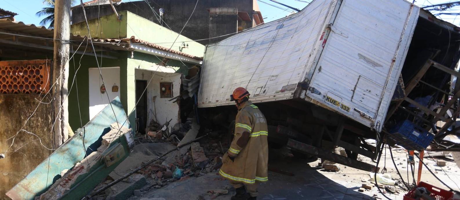 Segundo o Corpo de Bombeiros, o motorista morreu no local Foto: Fabiano Rocha / Fabiano Rocha