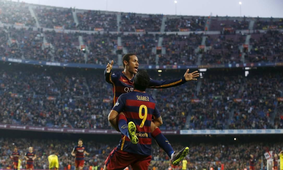 Neymar comemora com Suarez o gol que fez no jogo contra o Villarreal quando jogava pelo Barcelona no campeonato espanhol, em 2015. Jogador deu um chapéu no rival dentro da área antes de finalizar com êxito para o gol no estádio Camp Nou, Barcelona Foto: ALBERT GEA / Reuters