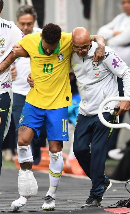 O atacante Neymar fica fora da Copa América após sofrer uma ruptura de ligamentos no tornozelo durante amistoso entre a seleção brasileira e o Qatar no estádio Mané Garrincha, em Brasília, em junho Foto: Evaristo Sa / AFP