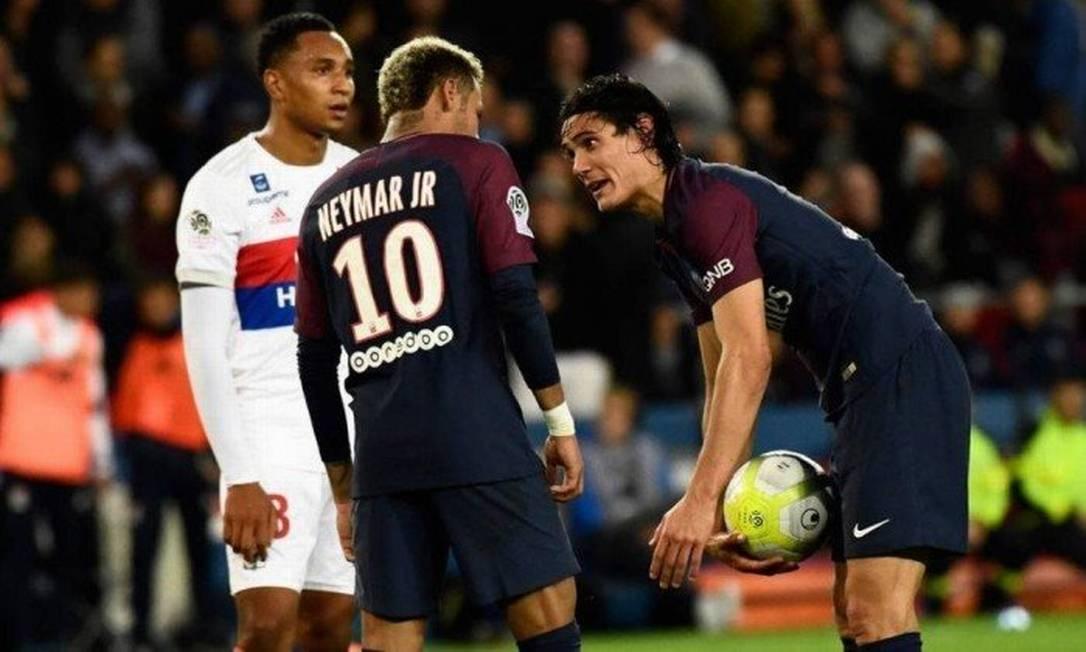 Neymar e o jogador uruguaio Cavani discutem no jogo entre o PSG e Lyon na hora de bater o pênalti, em setembro de 2017. Cavani é o batedor oficial de penânltis do PSG Foto: AFP
