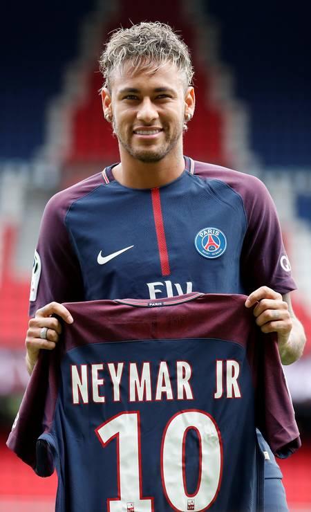 Em 2017, Neymar assina contrato com o Paris Saint Germain Foto: CHRISTIAN HARTMANN / Reuters
