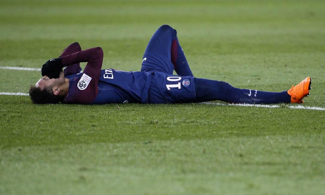 Jogador sofre fissura no quinto metatarso do pé direito durante jogo entre o Paris Saint-Germain e Olympique de Marselha, no estádio Parc des Princes, Paris, em fevereiro de 2018. Neymar passou por cirurgia e colocou um pino no pé Foto: GEOFFROY VAN DER HASSELT / AFP