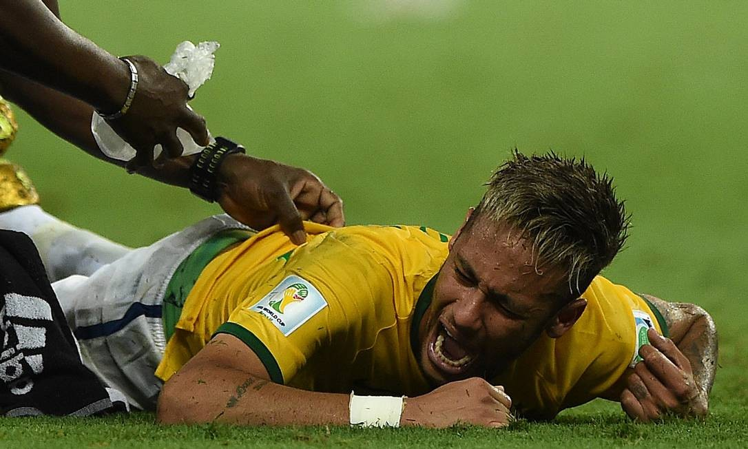Neymar sofre fratura na terceira vértebra lombar em disputa de bola com o jgador colombiano Zúñiga. Jogo com a Colômbia pela Copa do Mundo, em 2014, foi ganho pelo Brasil por 2 a 1. Neymar ficou fora dos demais jogos Foto: EITAN ABRAMOVICH / AFP