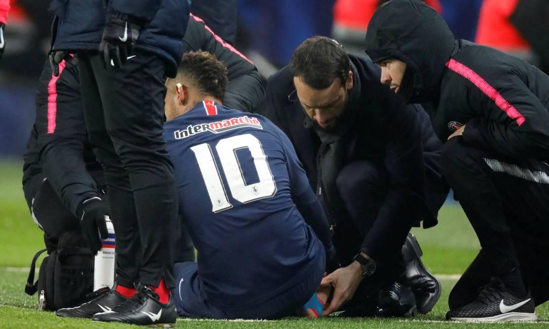 Neymar é atendido dentro de campo no jogo do Paris Saint-Germain contra o Strasbourg pela Copa da França. Nova lesão ocorreu um ano depois da primeira, no quinto metatarso do pé direito, em janeiro de 2018, e que quase o tirou da Copa do Mundo Foto: Charles Platiau / Reuters