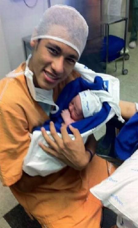 Neymar segura o filho recém-nascido, Davi Lucca, em agosto de 2011 Foto: Redes sociais