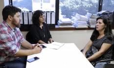 Advogados da OAB conversam com Rosilaine, que pode perder a guarda do filho de oito anos Foto: Luciana Botelho / OAB-RJ