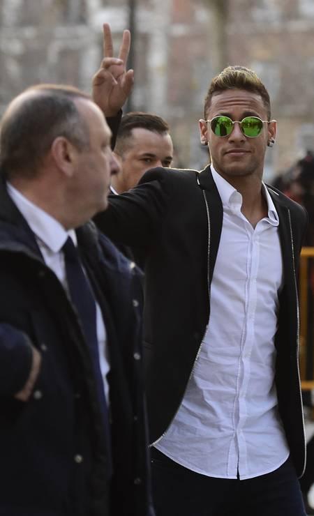 Neymar e o presidente do Barcelona, Josep Maria Bartomeu, deixam o Tribunal de Madrid em 2016, quando a Justiça espanhola decidiu que as suspeitas de fraude fiscal e sonegação de impostos na contratação do jogador brasileiro pelo Barcelona, em 2013, devem ser julgadas na capital catalã, Barcelona Foto: Javier Soriano / AFP