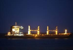Sem combustível, navio iraniano Bavand aguarda fim de impasse perto do porto de Paranaguá (PR). O capitão do outro navio parado, o Termeh, disse que a tripulação está com o moral