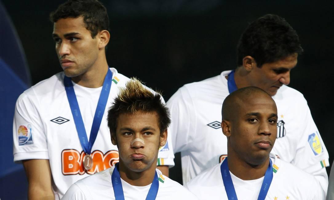 Neymar, Borges (à direita), Henrique (esquerda ao alto) e Durval na entrega de medalhas da final de 2011 na disputa do Mundial em Yokohama, Japão. O Santos perdeu a disputa para o Barcelona, que comprou Neymar por 60 milhões de euros Foto: Toru Hanai / Reuters