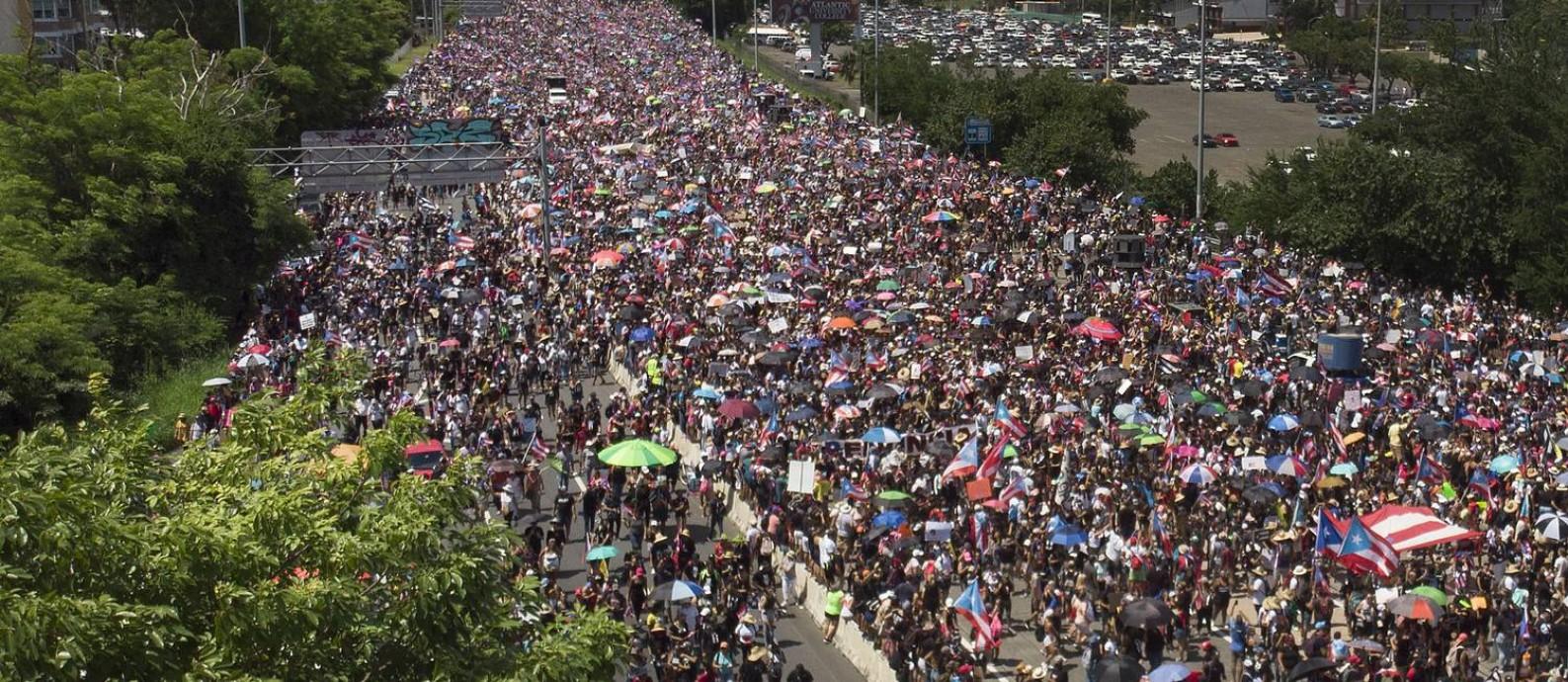 Milhares de pessoas lotam a Estrada de Expreso Las Américas, em San Juan, pedindo a renúncia do governador Ricardo Rosselló Foto: JOE RAEDLE / AFP