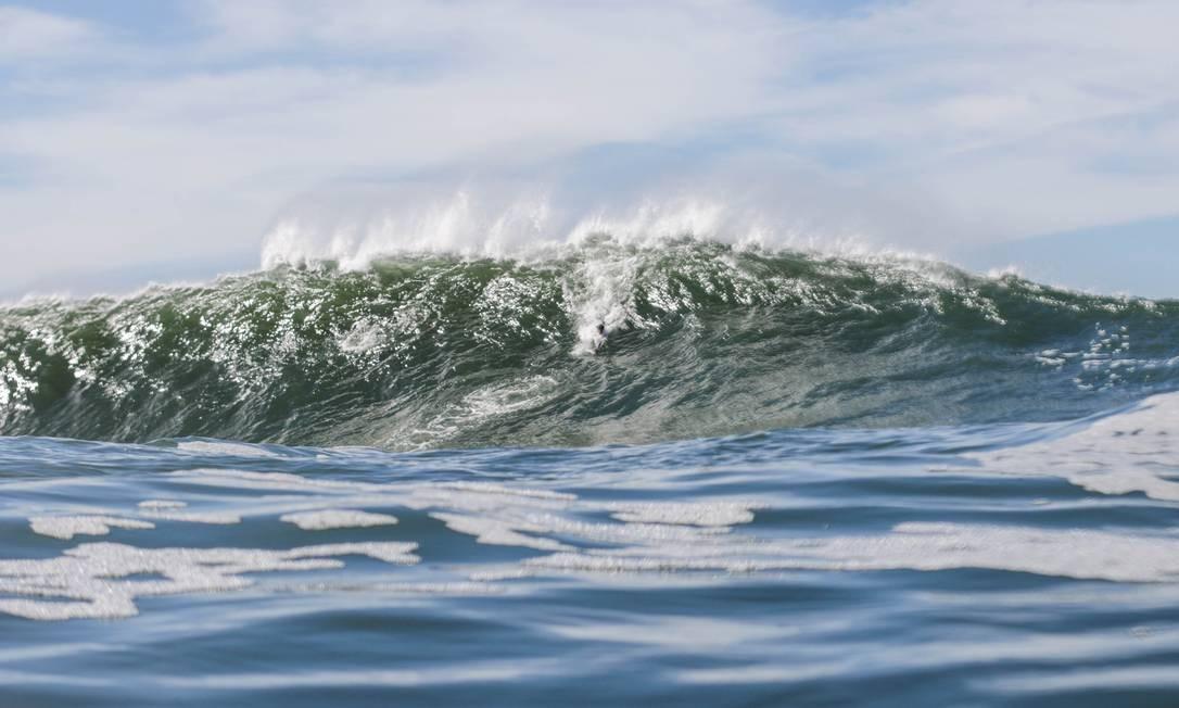 Surfista sem prancha na onda da Baía: esse swell é considerado raríssimo Foto: Arthur Meier / Divulgação