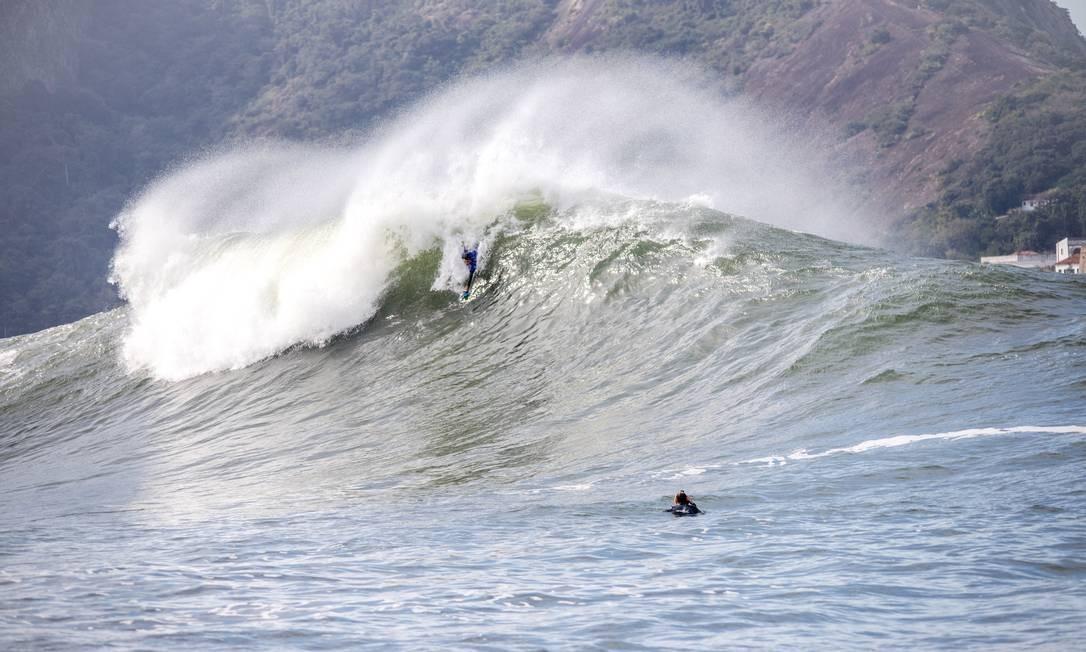 """Surfistas de peito na """"Laje da Besta"""" Foto: Fernando Amorim / Divulgação"""