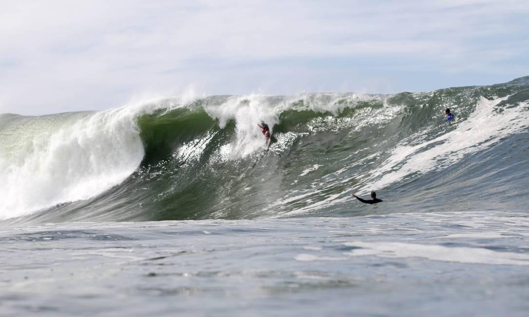 Surfistas de peito dizem que neste swell as condições foram perfeitas para a prática Foto: Arthur Meier / Divulgação