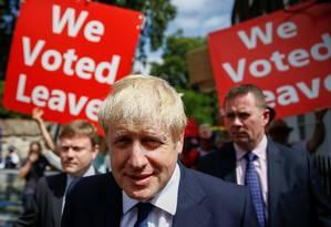 Conservador Boris Johnson é seguido por opositores do Brexit ao sair de seu escritório em Londres Foto: HENRY NICHOLLS / REUTERS