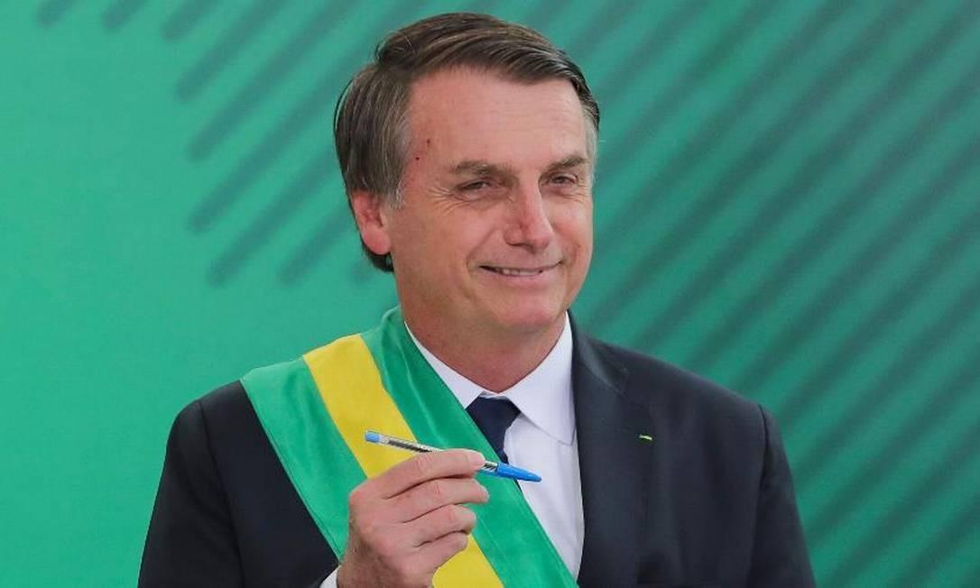 O presidente Jair Bolsonaro assina o termo de osse do cargo no Congresso Nacional Foto: AFP