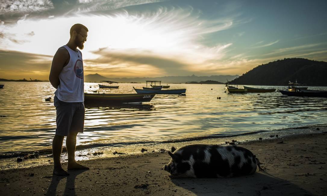 Guilherme e Abigail, repousando na areia da Praia das Pedrinhas Foto: Guito Moreto / Agência O Globo