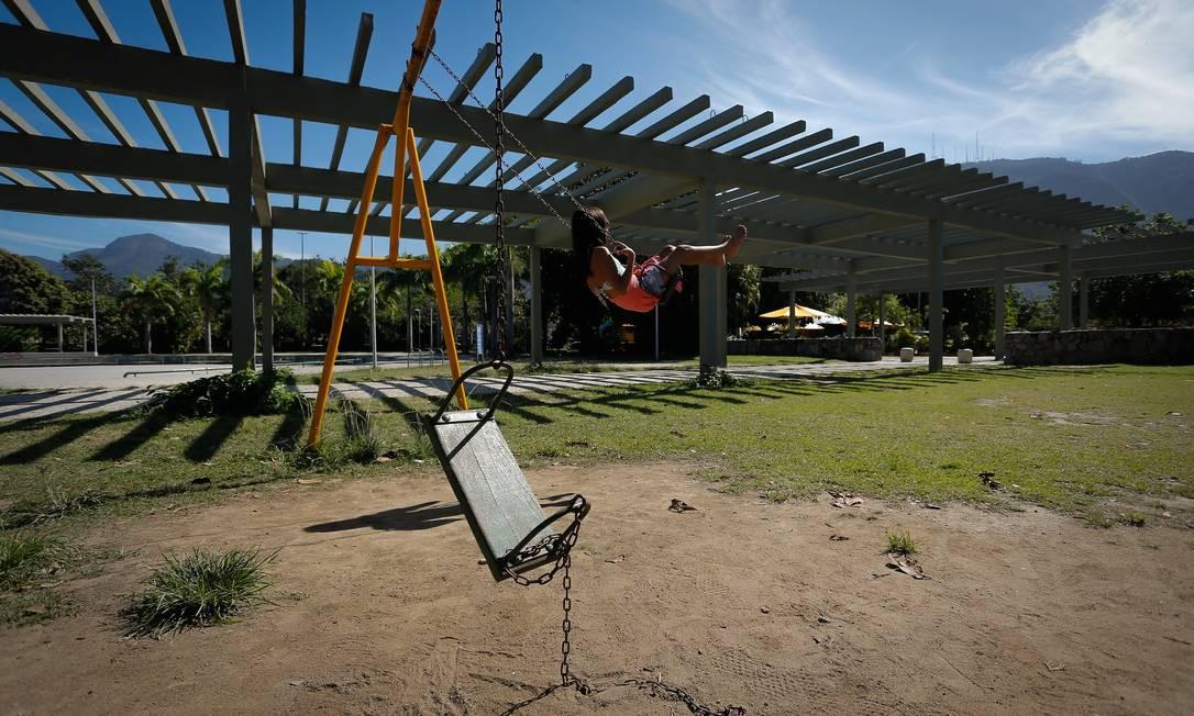 Cuidados que deixam a desejar: no Parque dos Patins, menina brinca ao lado de balanço quebrado Foto: Pablo Jacob / Agência O Globo