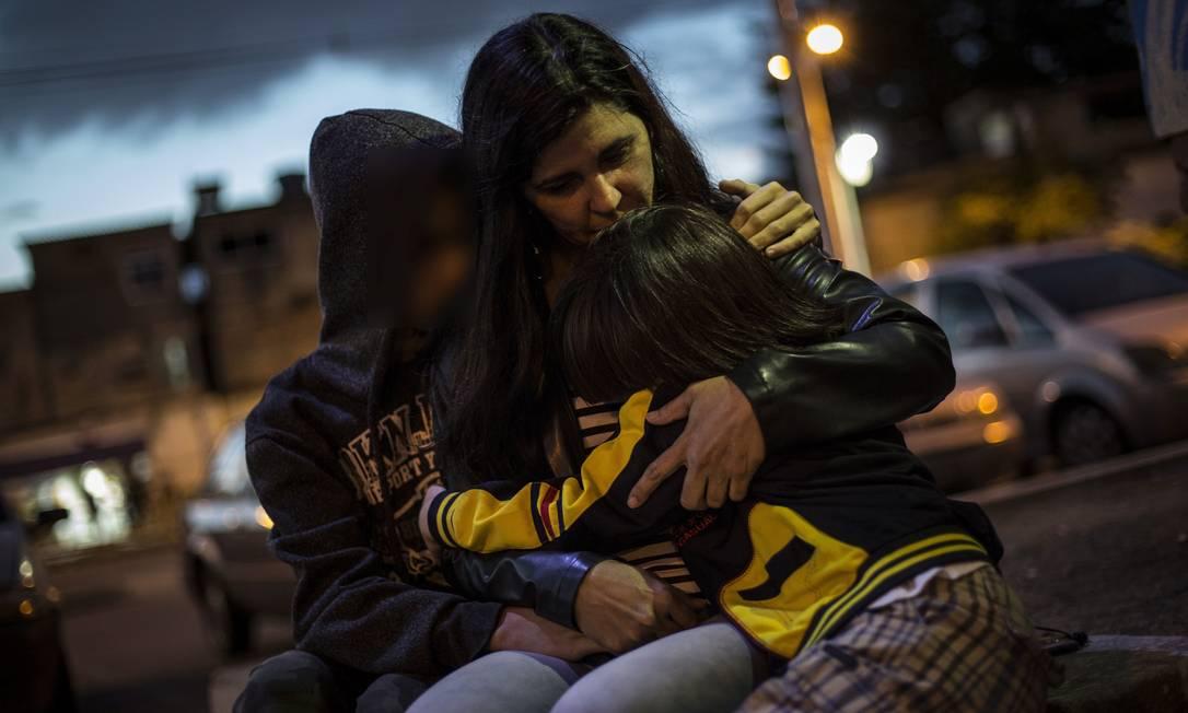Rosilaine com seus dois filhos, um de 15 e outro de 8 anos: decisão judicial pode afastá-la do mais novo, que passaria a morar com o pai em Joinville, norte de Santa Catarina Foto: Guito Moreto / Agência O Globo