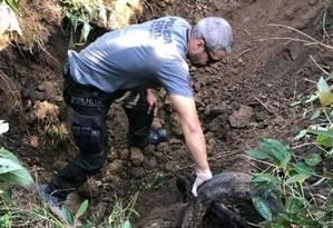 Policiais retiram corpos de cemitério clandestino da milícia Foto: Divulgação Polícia Civil