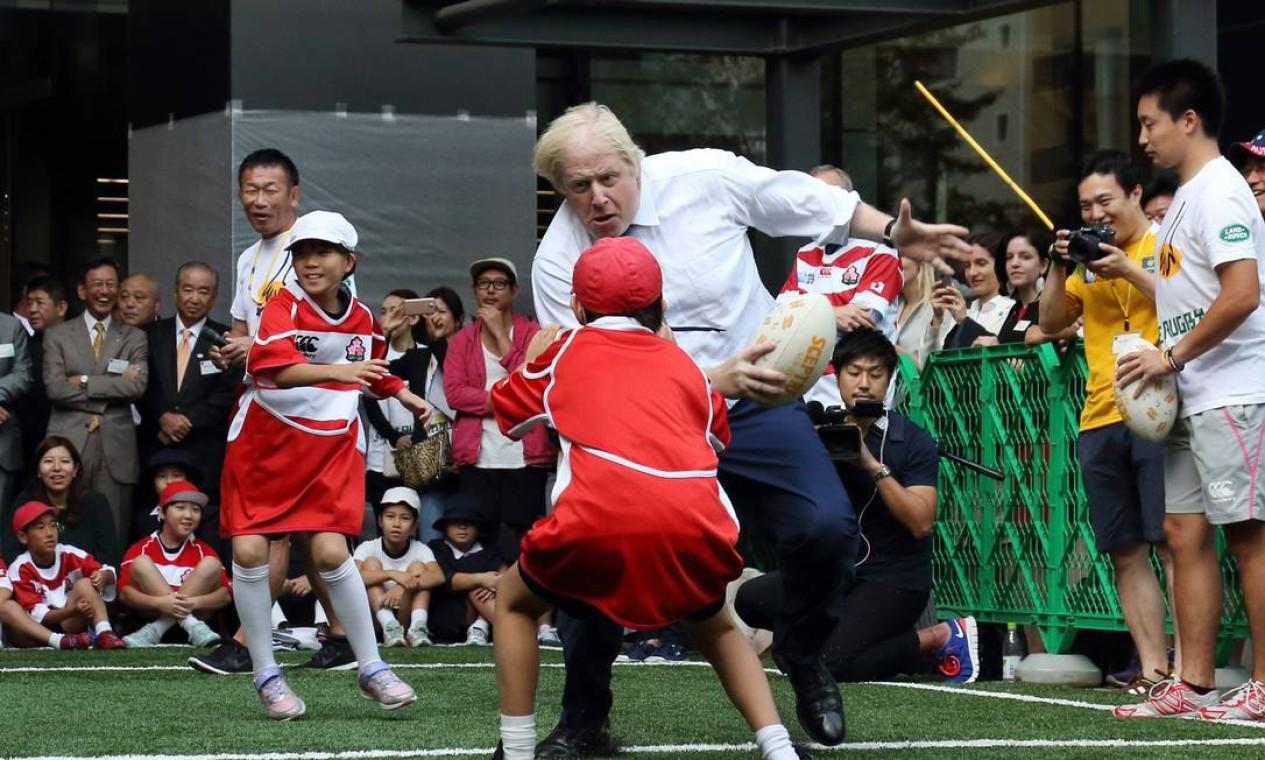Ex-chanceler e ardoroso partidário de um Brexit a qualquer custo, Johnson foi escolhido para liderar o Partido Conservador britânico e, consequentemente, suceder Theresa May no comando do Reino Unido. Na foto de 16 de junho de 2013, Johnson joga rugby com crianças japonesas durante visita a Tóquio Foto: - / AFP