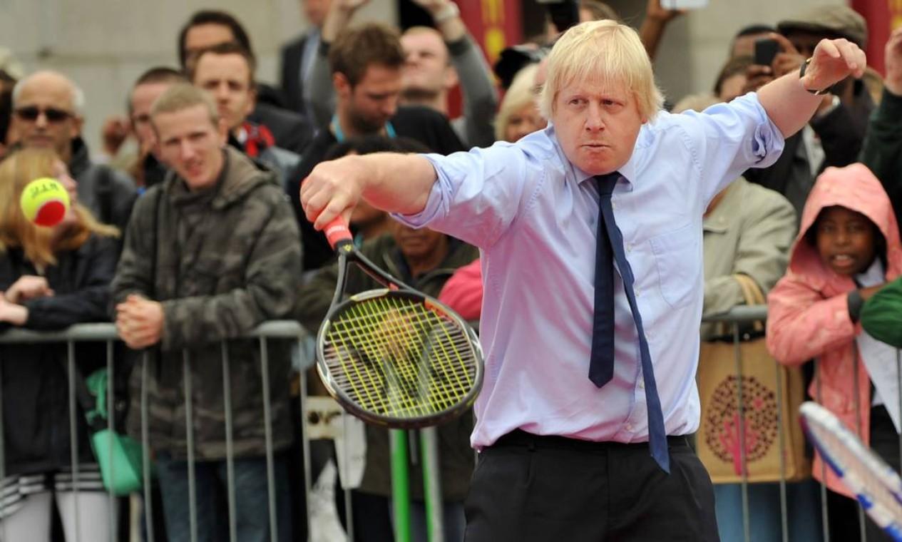 Johnson derrotou o chanceler Jeremy Hunt, e tomará posse nesta quarta, após audiência com a rainha Elizabeth II. Em foto tirada em 08 de setembro de 2011, o novo primeiro-ministro joga tênis durante o Dia Internacional Paraolímpico na Trafalgar Square, no centro de Londres Foto: BEN STANSALL / AFP