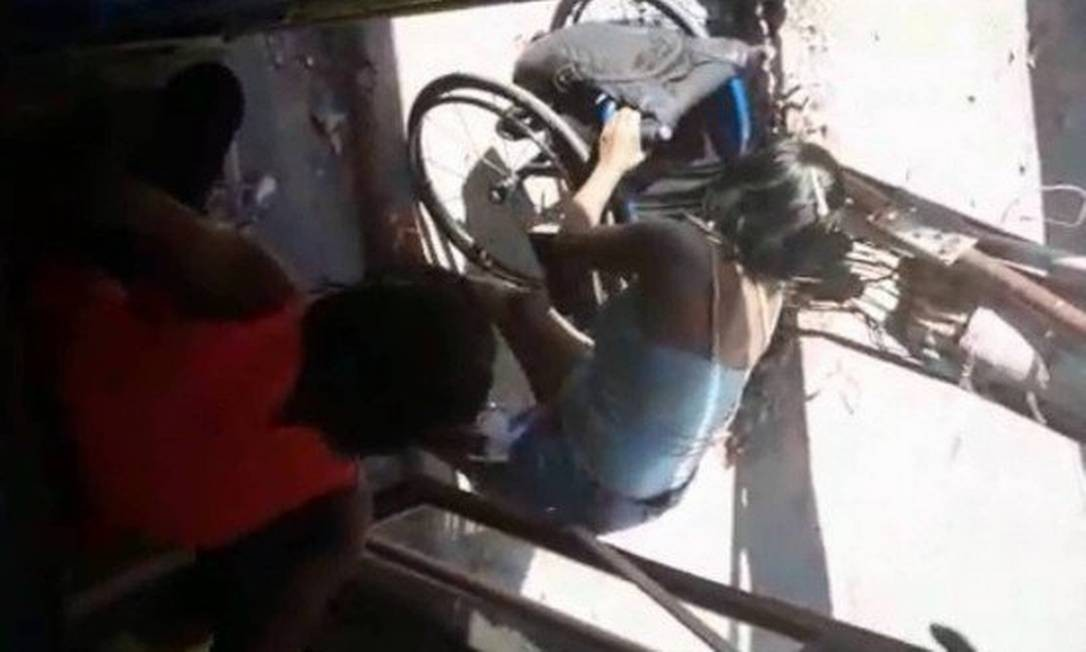 Maria Izabel só teve a ajuda de outra passageira para subir no ônibus Foto: Reprodução