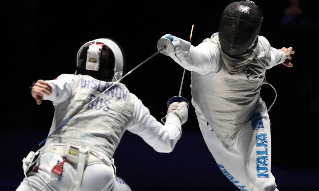 Timur Arslanov, da Rússia, e Giorgio Avola, da Itália, disputam o terceiro lugar do Campeonato Mundial de Esgrima, em Budapeste, na Hungria Foto: PETER KOHALMI / AFP