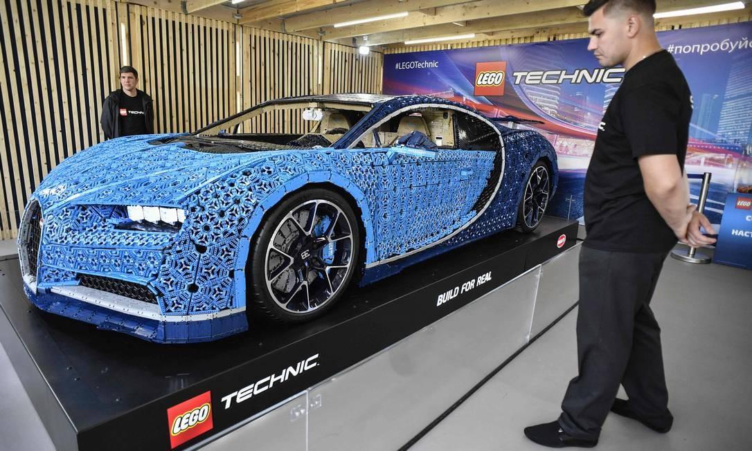 Uma réplica em tamanho real de um carro Bugatti Chiron feito de blocos de Lego Technic desperta a curiosidade de visitantes de exposição no Parque Gorky, em Moscou. Modelo foi construído com mais de 1 milhão de peças, pesa 1.500 kg e atinge velocidade de 20 km/h Foto: ALEXANDER NEMENOV / AFP