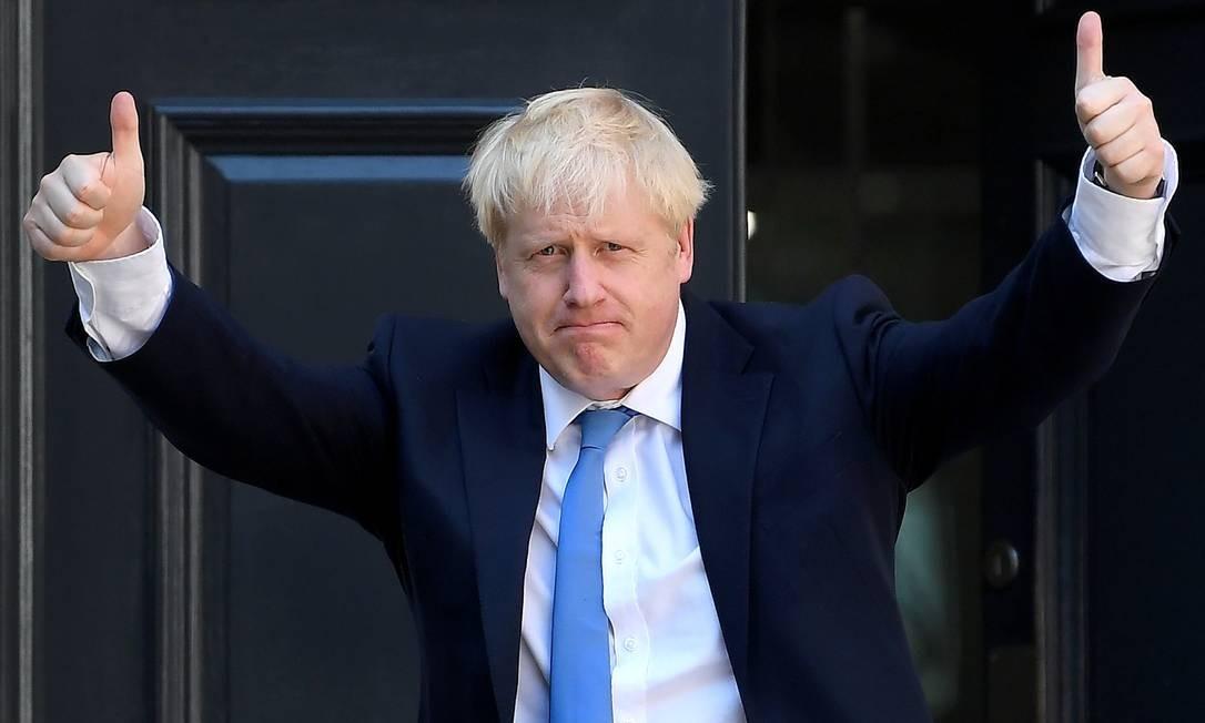 Boris Johnson acena ao chegar à sede do Partido Conservador depois de ser anunciado como o próximo primeiro-ministro da Grã-Bretanha, em Londres, Inglaterra Foto: TOBY MELVILLE / REUTERS