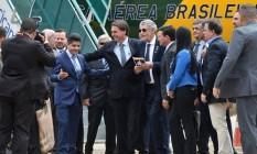 Presidente Jair Bolsonaro cumprimenta prefeito de Salvador, ACM Neto, no Aeroporto Glauber Rocha Foto: Reprodução/Twitter/Ministério da Infraestrutura