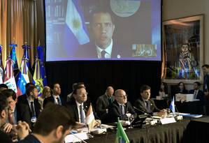 Presidente autoproclamado da Venezuela, Juan Guaidó, faz declarações durante a reunião do Grupo de Lima, em Buenos Aires. Ele participou por videoconferência e o seu sinal caiu depois de um novo apagão na Venezuela Foto: ROBERTO GARAGIOLA / AFP