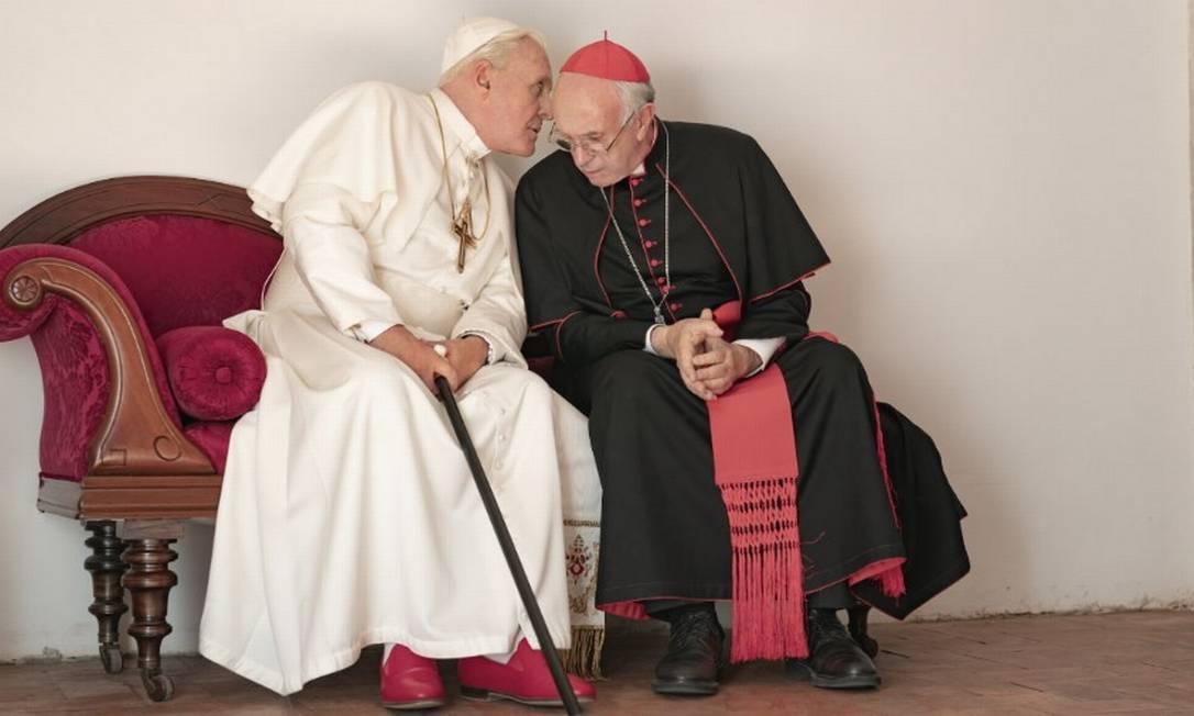 """Anthony Hopkins (Bento XVI) e Jonathan Pryce (Francisco) em cena do filme """"The two popes"""" Foto: Reprodução"""