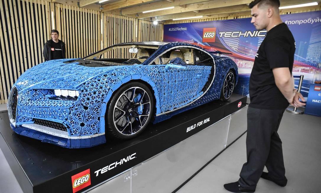 Ideia de construir uma versão Technic em escala 1: 1 do Bugatti Chiron veio da equipe de design da Lego Technic. Modelo foi construído com mais de 1 milhão de peças, pesa 1.500 kg e atinge velocidade máxima de 20 km/h Foto: ALEXANDER NEMENOV / AFP