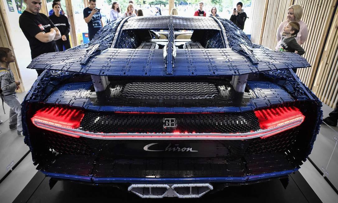 Equipe de 16 especialistas, das áreas de design, mecânica e eletricidade, passou mais de 13.000 horas criando o carro peça por peça Foto: ALEXANDER NEMENOV / AFP