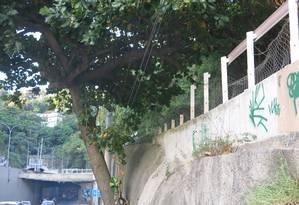 Trechos sem guarda-corpos têm telas danificadas na saída do Túnel do Joá na Barra Foto: Carolina Callegari / Agência O Globo