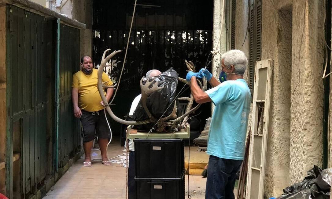 Obras de arte são retiradas por funcionário do Museu Nacional Foto: Agência O Globo / Maíra Rubim