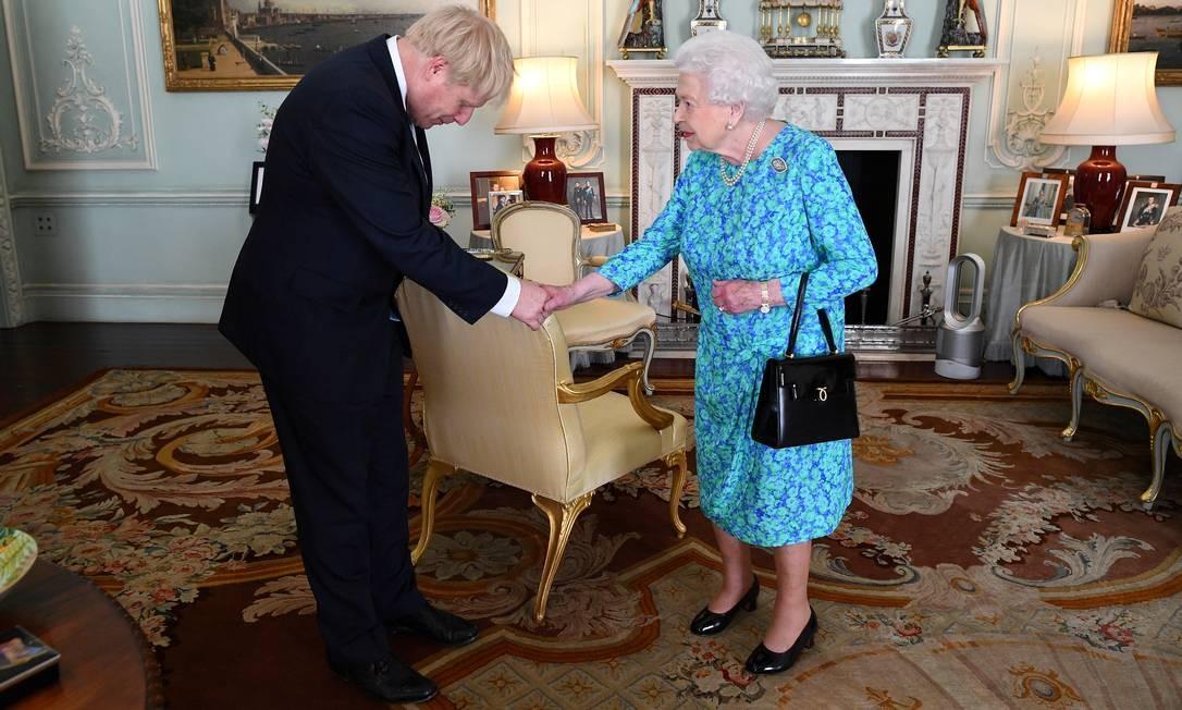 A rainha Elizabeth II recebe Boris Johnson durante uma audiência no Palácio de Buckingham, onde foi oficialmente reconhecido como novo primeiro-ministro, em Londres, Inglaterra Foto: POOL / REUTERS