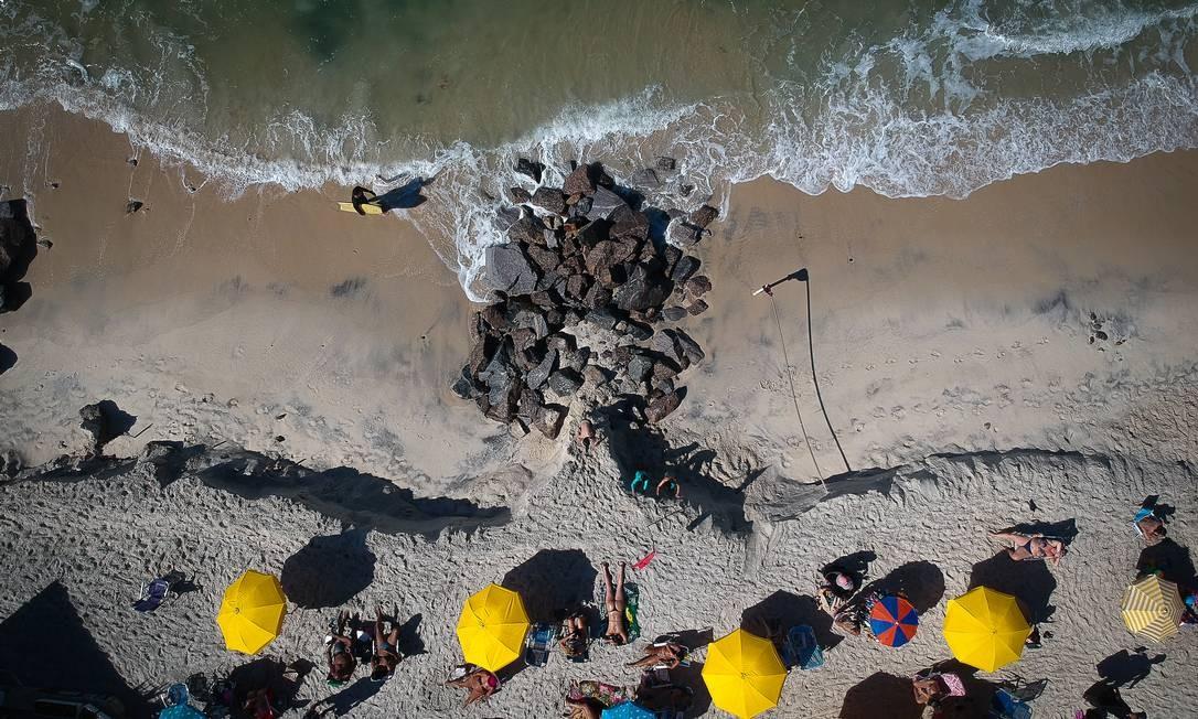 Copacabana nesta quarta-feira (24). Banhistas se acomodam na estreia faixa de areia que restou em decorrência da ressaca Foto: Pablo Jacob / Agência O Globo