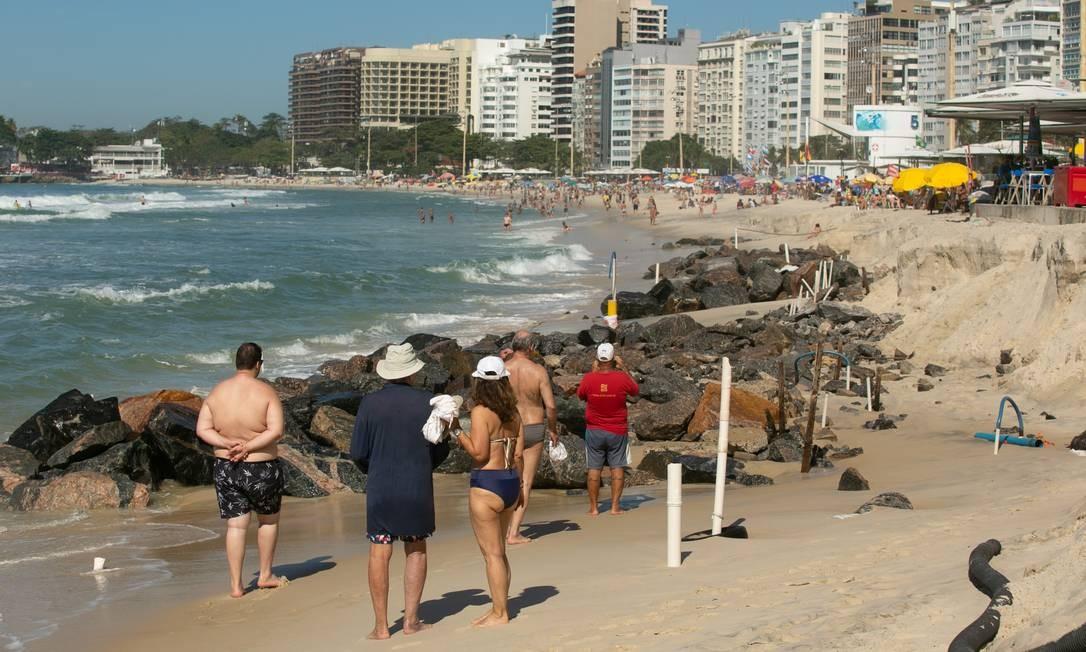 Ressaca que fez encolher a faixa de areia de Copacabana revela amontoado de pedras que antes ficavam soterradas Foto: BRENNO CARVALHO / Agência O Globo
